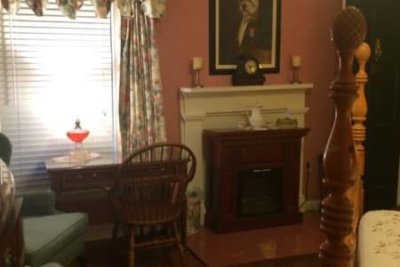 Inn Rooms Colonial Suite King 1st Floor Main House