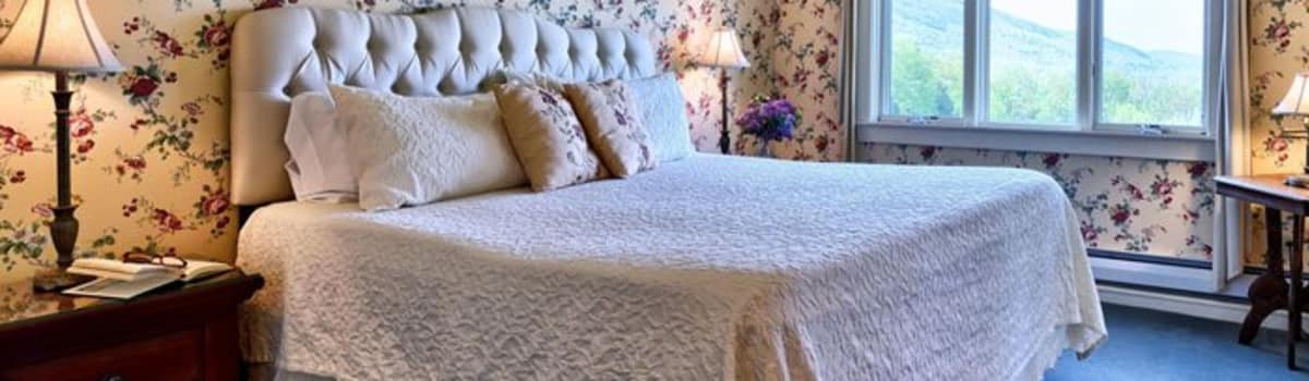 Romantic country inn with fireplace and a White Mountain view in scenic Mount Washington Valley
