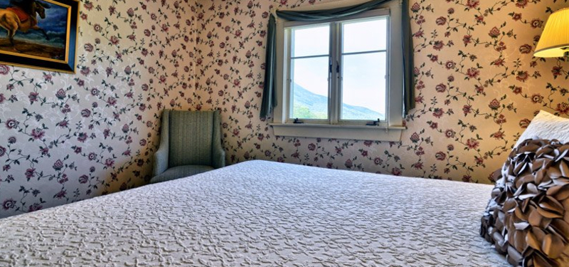 Romantic country inn with a White Mountain view in scenic Mount Washington Valley