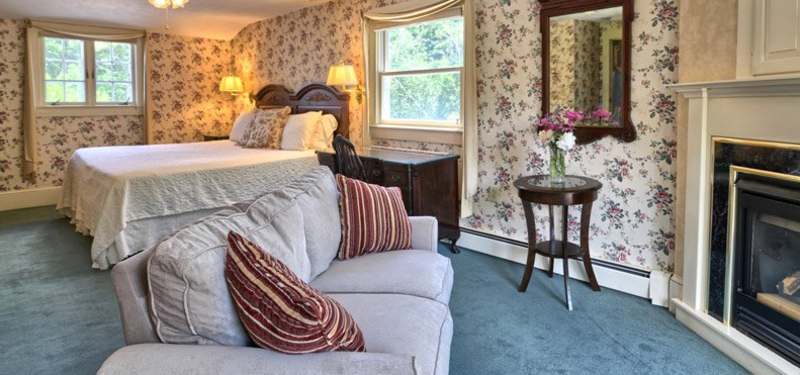Romantic country inn with fireplace and award-winning garden view in scenic Mount Washington Valley