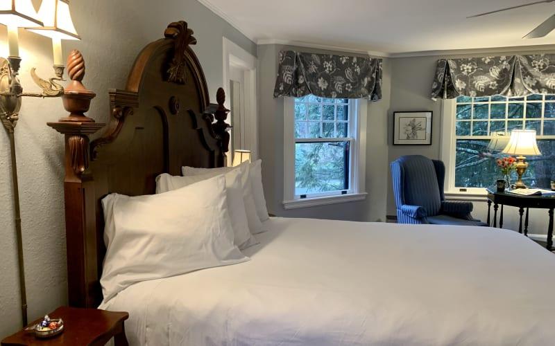 Queen bed in TW