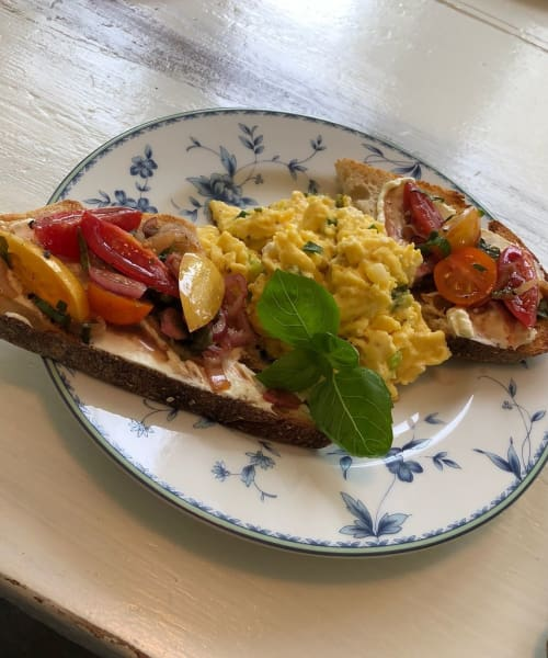 Scrambled eggs, toast and tomatoes