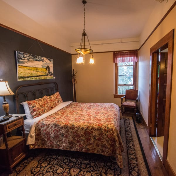 Modern Queen 2: Historic Balch Hotel, centrally located on the columbia river gorge in Dufur, OR