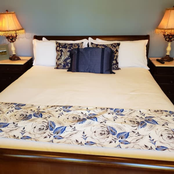 Onde of two, king size sleigh beds in the Inn ........ naps and a great night sleep awaits
