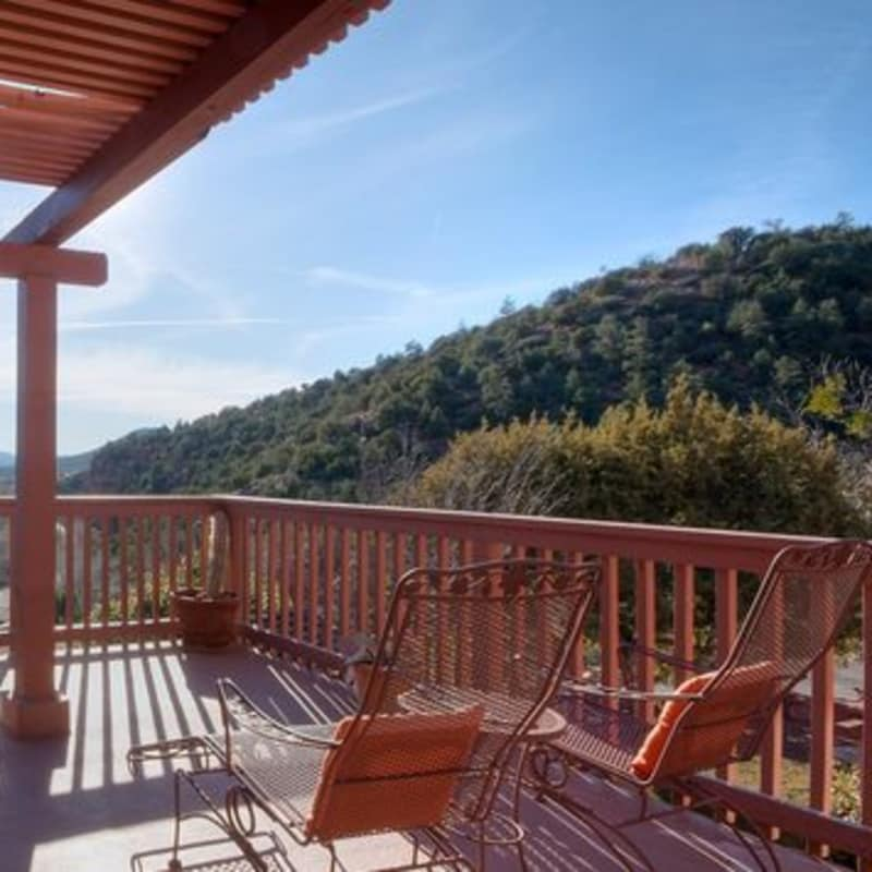 THE wrap around deck IN THE MEMORIES & MOONBEAMS SUITE - SEDONA VIEWS B&B